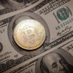 ビットコインとドル紙幣